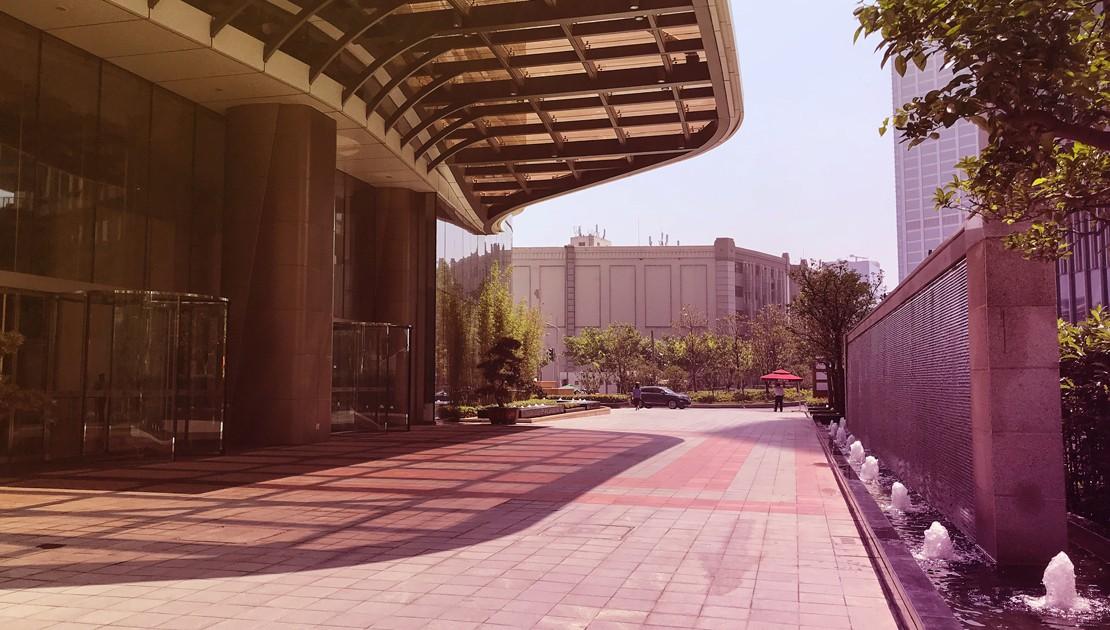 Firmengebäude mit Eingang nach Feng-Shui